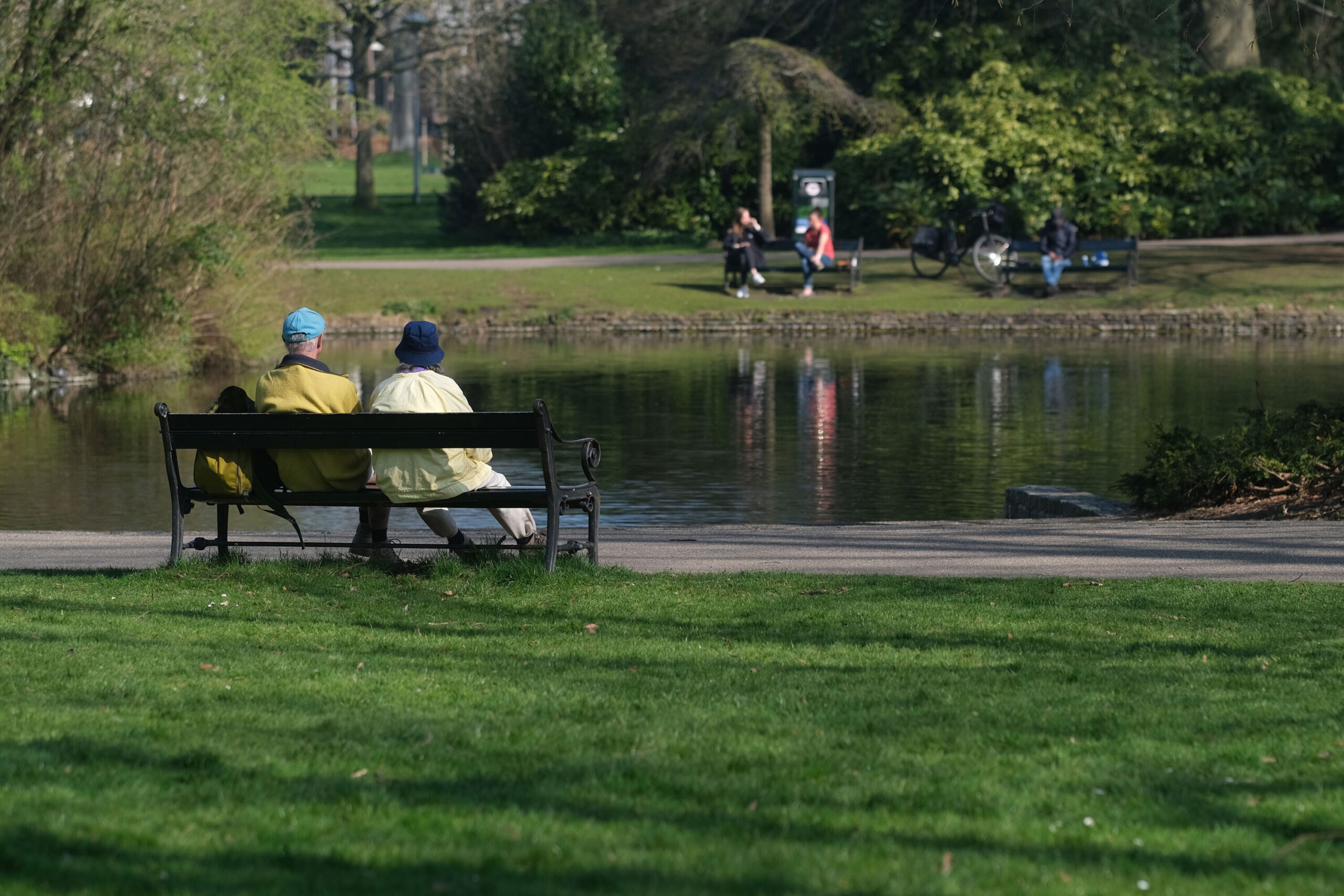 <i>Yuriko Nakao/Getty Images</i><br/>The ultimate niksen: A couple sits on a bench in front of a pond at Wilhelminapark in Utrecht